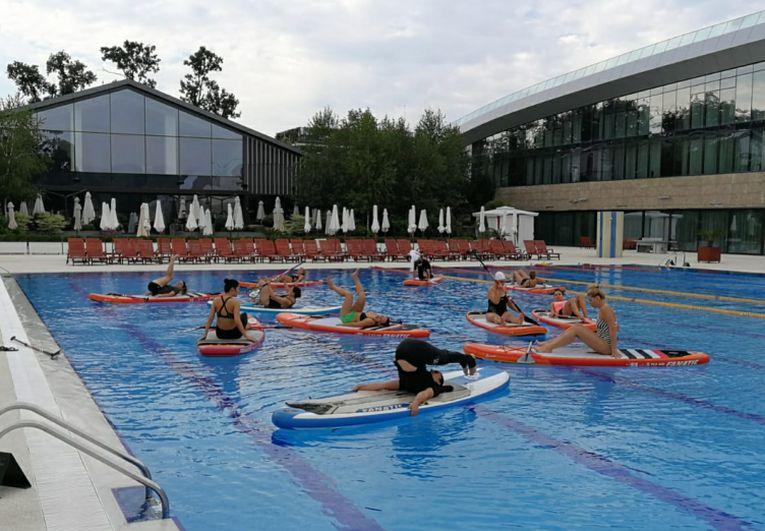 Simona halep face exercitii la piscina de la Stejarii