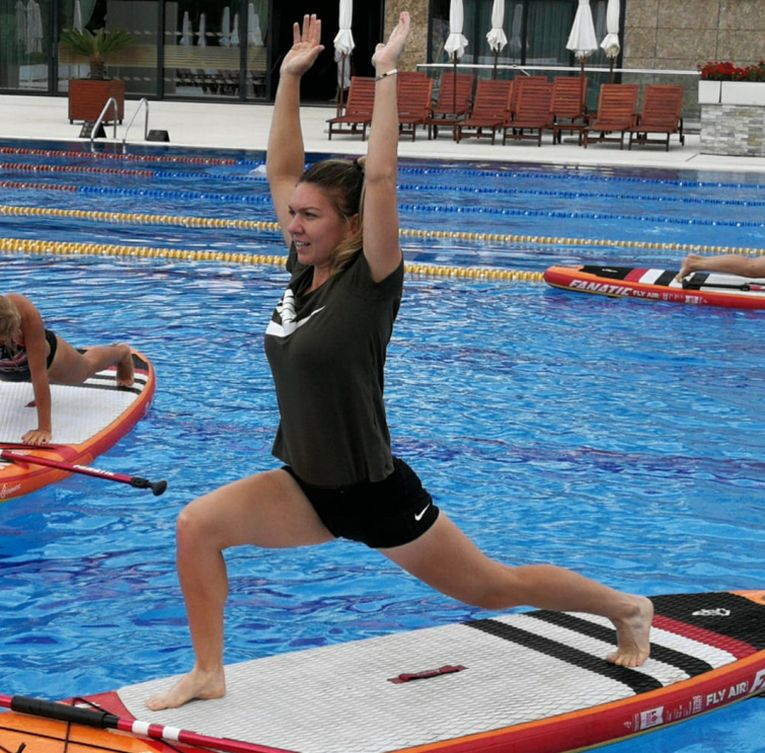Simona Halep a facut exercitii de echilibru la piscina de la Stejarii