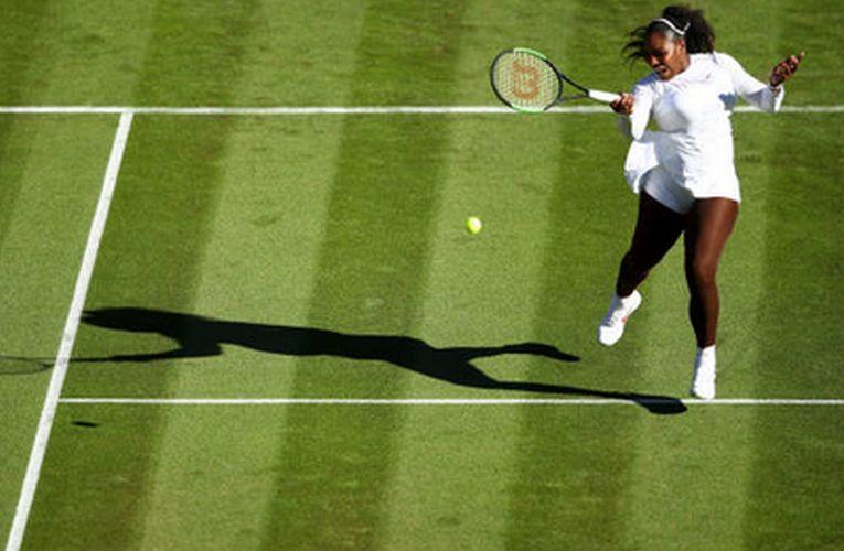 Serena Williams a castigat in doua seturi primul meci disputat pe iarba dupa doi ani