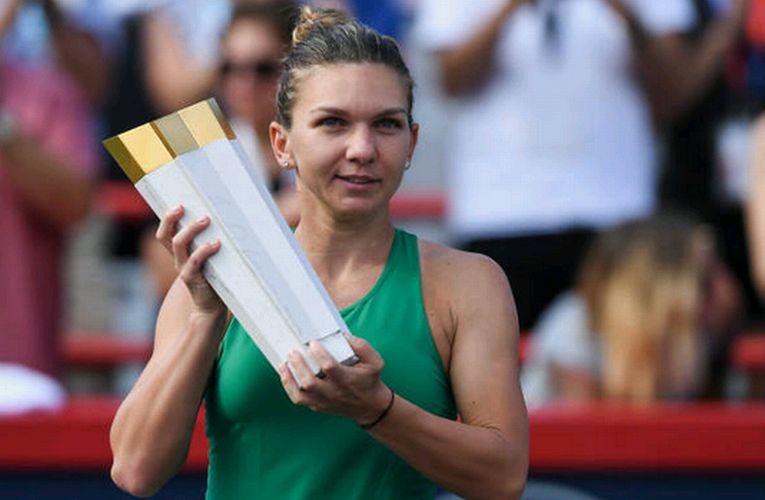 Simona Halep cu trofeul de la Rogers Cup 2018, la Montreal