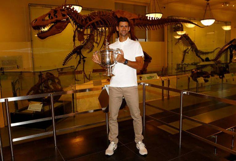 Novak Djokovic, cu trofeul US Open 2018 la Muzeul de Istorie Naturală din New York