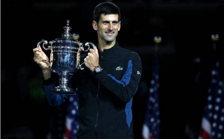 Novak Djokovic si trofeul cucerit la US Open 2018