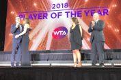 Simona Halep, imbratisata pe scena de la Singapore de prezentatorul galei WTA 2018