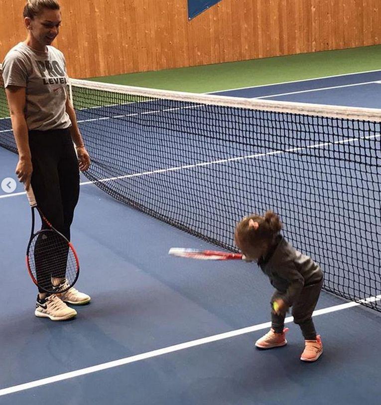Tania, nepoata Simonei halep, la prima lectie de tenis