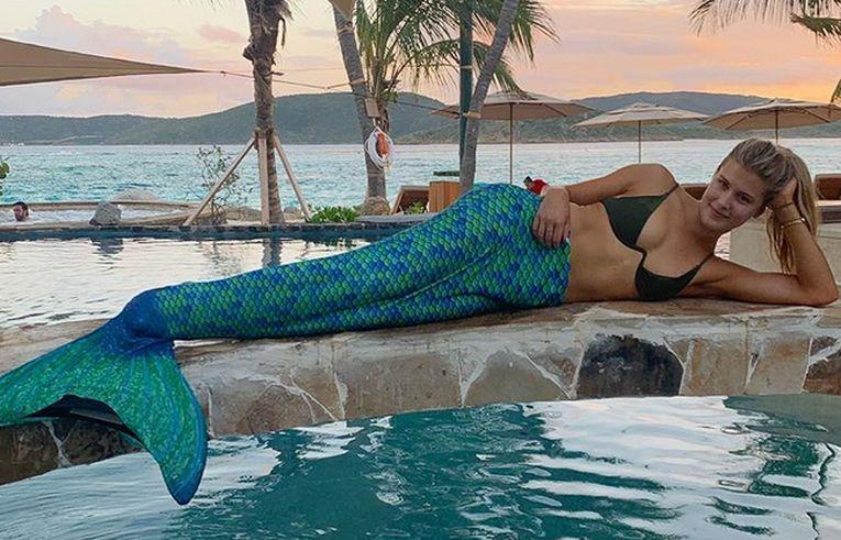 Eugenie Bouchard la piscina, cu coada de sirena