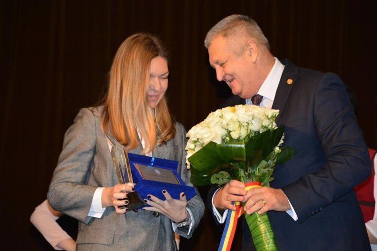 Simona Halep si primarul Municipiului Calarasi,la acordarea titlului de cetatean de onoare