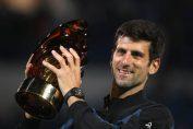 Novak Djokovic cu trofeul cucerit la Abu Dhabi