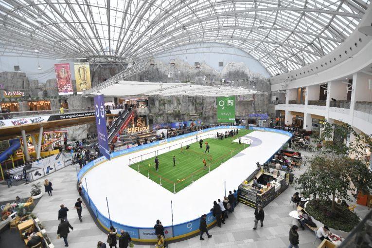 Terenul de tenis amenajat in mijlocul patinoarului de la AFI Cotroceni
