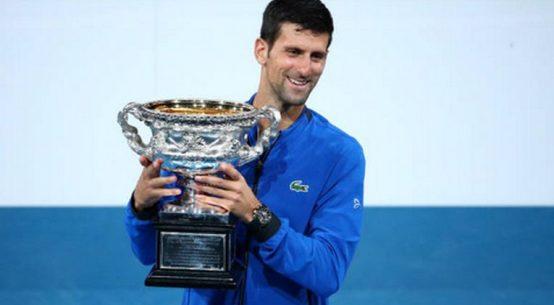 Novak Djokovic cu trofeul de la Australian Open 2019