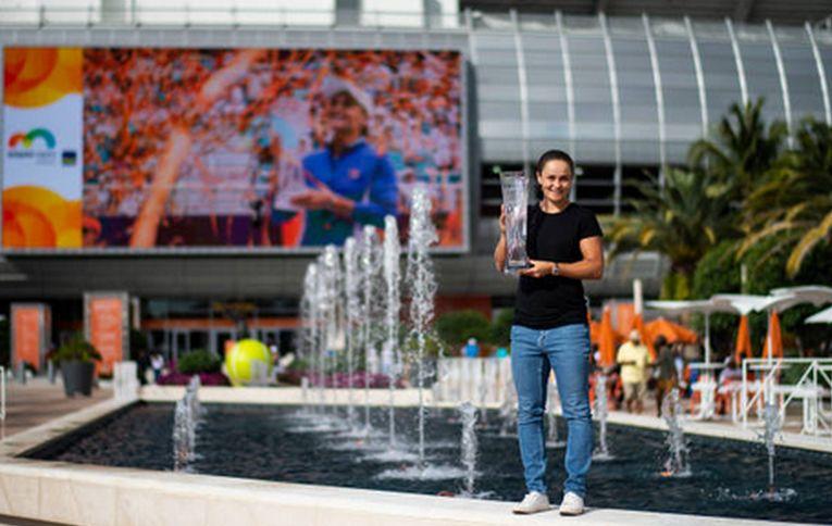 Ashleigh Barty, la sedinta foto cu trofeul cucerit la Miami Open 2019