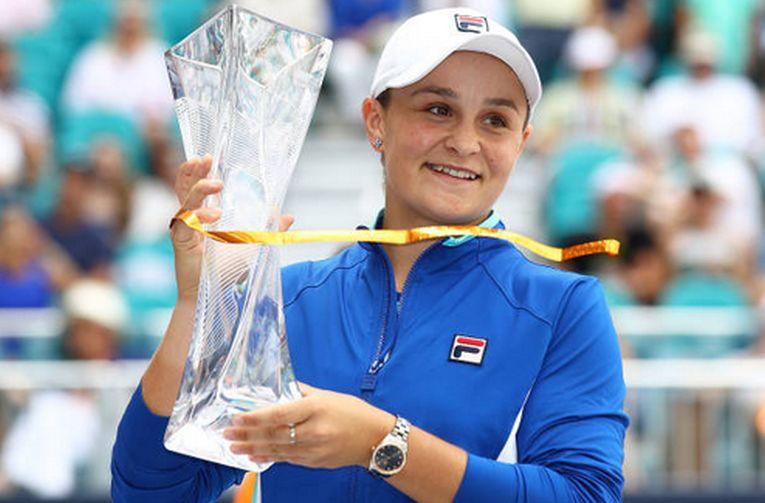 Ashleigh Barty, cu trofeul cucerit la Miami 2019