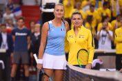 Simona Halep si Kristina Mladenovic, inaintea meciului din semifinala Fed Cup 2019