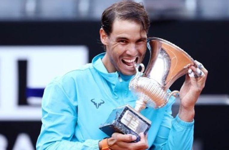 Rafael Nadal, cu trofeul cucerit la Roma, in 2019