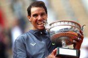 Rafael Nadal cu trofeul cucerit la Roland Garros 2019