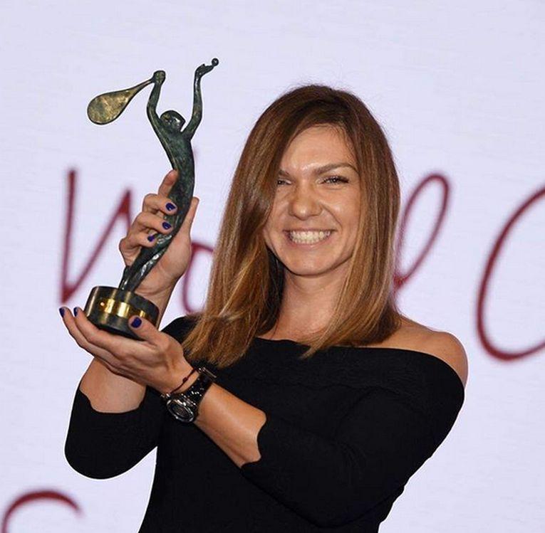 Simona Halep, cu trofeul campioanei mondiale 2018