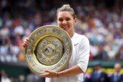 Simona Halep, cu trofeul cucerit la Wimbledon 2019