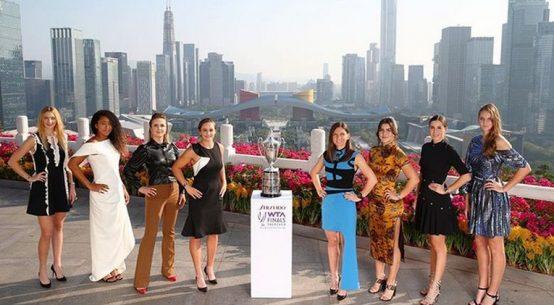 Simona Halep, alături de celelalte 7 jucătoare, alături de trofeul Turneului Campioanelor