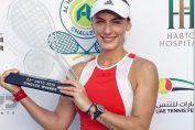 Jucătoarea de tenis Ana Bogdan prezintă fericită trofeul cucerit la turneul ITF Dubai 2019