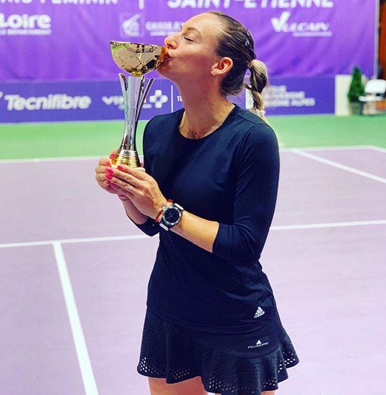 Jucătoarea de tenis Ana Bogdan isi sărută trofeul cucerit la turneul ITF de la Saint Etienne, dotat cu premii in valoare de 25.000 de dolari