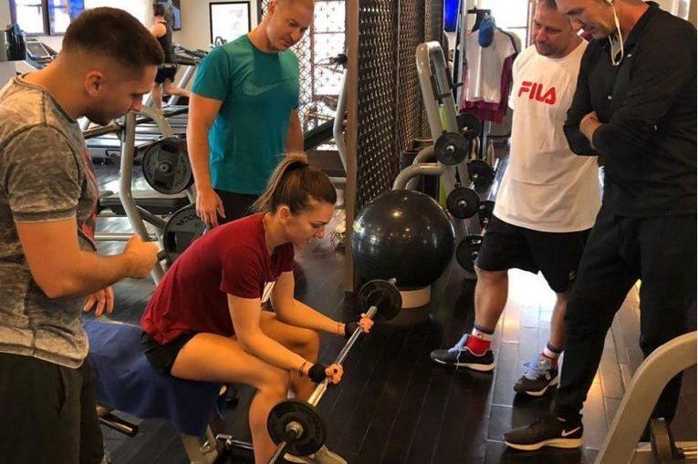 Simona Halep , alături de Darren Cahill si de ceilalti membri ai staff-ului, la Dubai