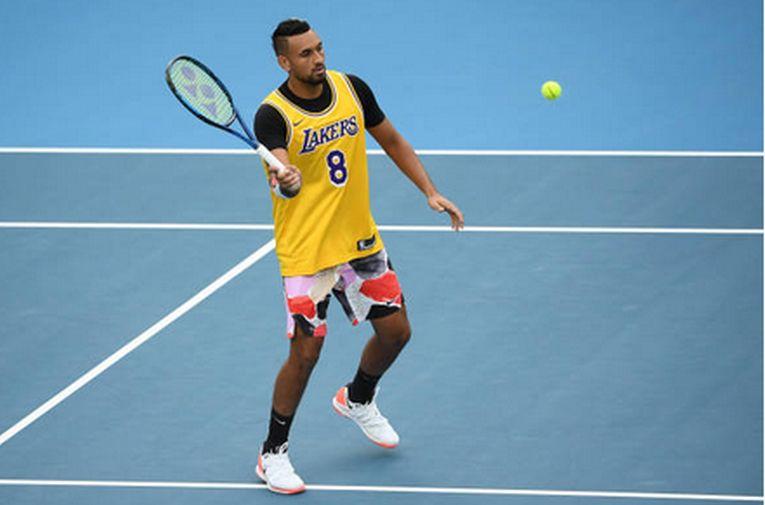 Nick Kyrgios s-a încălzit înaintea meciului cu Nadal, din optimile Australian Open, îmbrăcat în echipamentul cu numărul 8 purtat de Kobe Bryant la Los Angeles Lakers