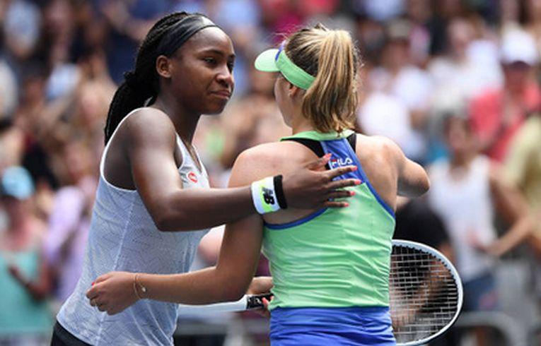 Americanca Cori Gauff o îmbrățișează pe compatrioata ei Sofia Kenin, la finalul meciului pierdut în optimile de finală de la Australian Open 2020