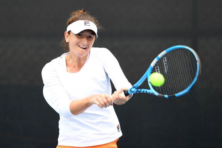 Jucătoarea română de tenis Irina Begu în acțiune în primul tur al calificărilor la turneul WTA Hobart 2020