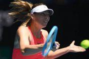 Jucătoarea rusă de tenis Maria Sharapova în plină acțiune în timpul meciului din primul tur de la Australian Open 2020