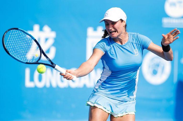 Monica Niculescu în acțiune in meciul pierdut în primul tur al calificărilor turneului WTA Shenzhen Open 2020
