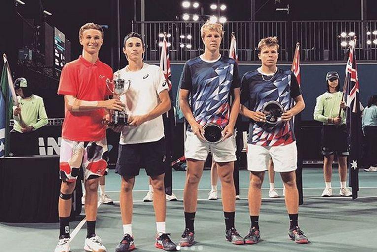 Nicholas-David Ionel și Leandro Riedi, cu trofeul cucerit la Australian Open 2020, în proba de dublu juniori, alături de învinșii lor