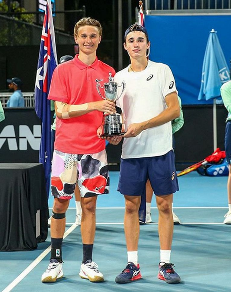 Nicholas-David Ionel și Leandro Riedi, cu trofeul cucerit la Australian Open 2020, în proba de dublu juniori
