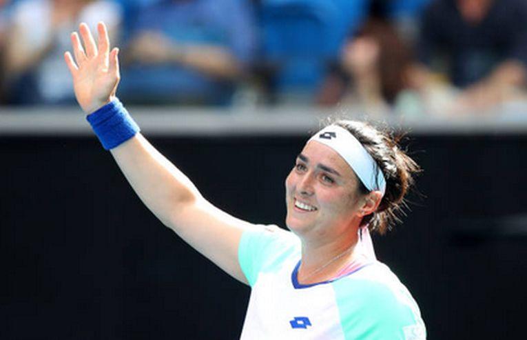 Tunisianca Ons Jabeur iși salută fericită fanii după calificarea în sferturile de finală ale Australian Open 2020