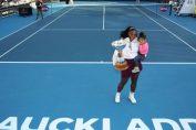 Serena Williams ține fericită în brațe trofeul cucerit la turneul WTA de la Auckland 2020. Fiind primul trofeu cucerit după ce a devenit mamă, în mâna dreaptă ține cupa, iar în mâna stângă o ține în brațe pe fiica sa, Alexis Olympia