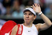 Simona Halep salută spectatorii la ieșirea de pe teren la Australian Open 2020