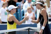Simona Halep și Garbine Muguruza la finalul finalei de la Cincinnati