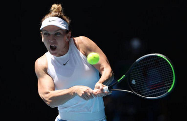 Simona Halep lovește cu reverul în timpul meciului cu Elise Mertens din optimile de finală ale Australian Open 2020