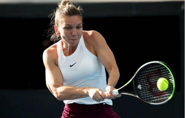 Simona Halep lovește cu backhand-ul in timpul meciului cu Ajla Tomljanovic, din turul secund al turneului WTA de la Adelaide 2020
