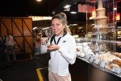 Simona Halep gustă cu zâmbetul pe buze din preparatele locale australiene în timpul vizitei făcute în Piața Centrală din Adelaide