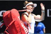 Simona Halep salută fanii la ieșirea de pe teren la Australian Open 2020 după victoria din optimile de finală contra belgiencei Elise Mertens