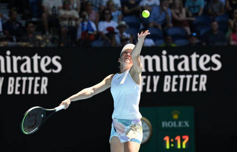 Simona Halep servește în timpul meciului cu Yulia Putintseva, din optimile de finală ale Australian Open 2020
