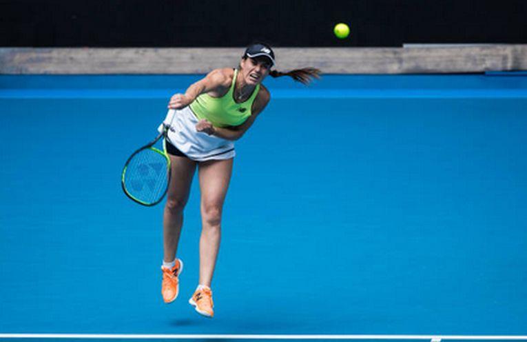 Sorana Cirstea serveste in impul meciului cu Cori Gauff, din turul al doilea de la Australian Open 2020