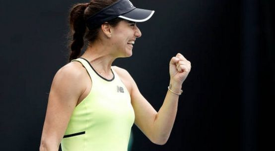 Jucătoarea română de tenis Sorana Cîrstea strânge fericită pumnul după victoria cu Barbora Strykova, din primul tur de la Australian Open 2020