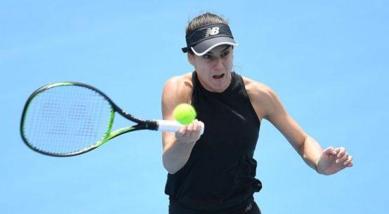 Jucătoarea română de tenis Sorana Cîrstea în acțiune în primul tur al calificărilor la turneul WTA Hobart 2020