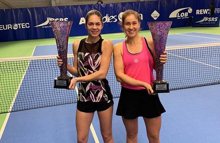 Andreea Mitu și Laura Paar, cu trofeul cucerit la Altenkirchen