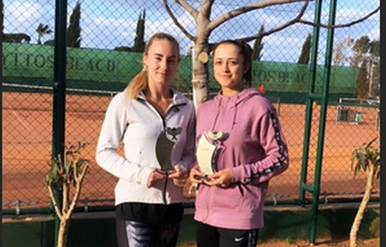 Andreea Rosca și Oana Gavrilă au cucerit al patrulea titlu de dublu împreună. Aici le vedeti cu trofeul de la Heraklion