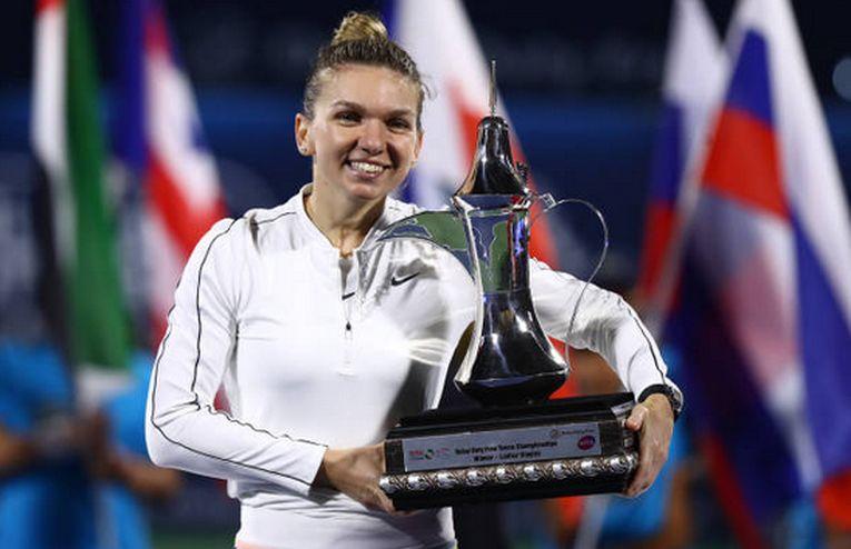 Simona Halep cu trofeul cucerit la Dubai 2020