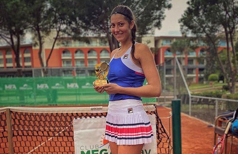 Georgia Crîciun, cu trofeul cucerit la turneul ITF din Antalya