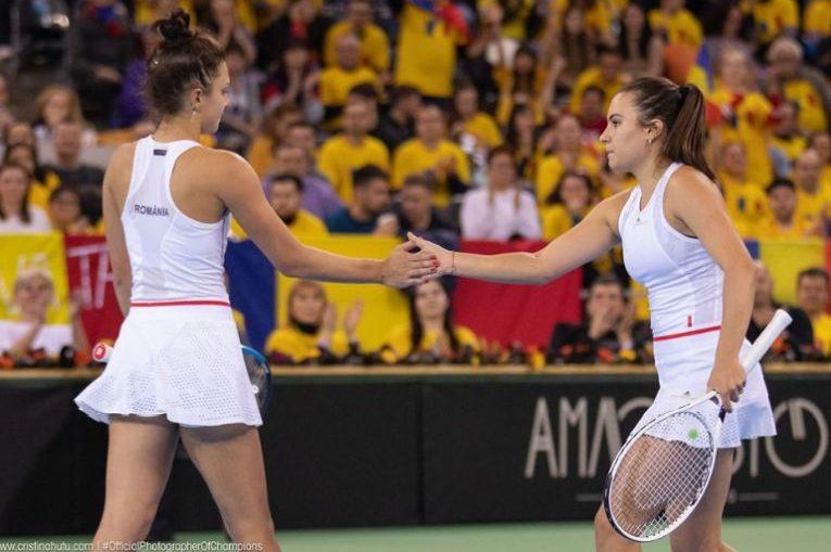 Jaqueline Cristian și Gabriela Ruse bat palma în timpul meciului de dublu din cadrul partidei Romania - Rusia