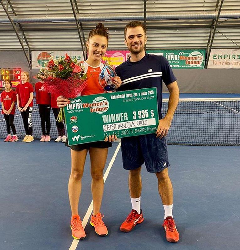 Jaqueline Cristian, alături de antrenorul ei, Andrei Cociașu, și de trofeul cucerit la turneul ITF de la Trnava