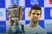Jiri Vesely, cu trofeul cucerit la turneul Tata Open, de la Pune (India)
